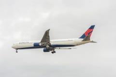 LONDRES, ANGLETERRE - 22 AOÛT 2016 : N839MH Delta Air Lines Boeing 767 débarquant dans l'aéroport de Heathrow, Londres Photographie stock