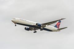 LONDRES, ANGLETERRE - 22 AOÛT 2016 : N839MH Delta Air Lines Boeing 767 débarquant dans l'aéroport de Heathrow, Londres Image stock