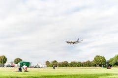 LONDRES, ANGLETERRE - 22 AOÛT 2016 : OY-JTT Jettime Jet Time Airlines Boeing 737 débarquant dans l'aéroport de Heathrow, Londres Photos libres de droits