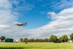 LONDRES, ANGLETERRE - 22 AOÛT 2016 : OY-JTY Jettime Jet Time Airlines Boeing 737 débarquant dans l'aéroport de Heathrow, Londres Image libre de droits