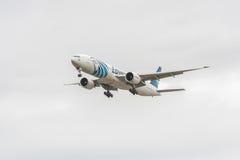 LONDRES, ANGLETERRE - 22 AOÛT 2016 : SU-GDP Egyptair Boeing 777 débarquant dans l'aéroport de Heathrow, Londres Image stock