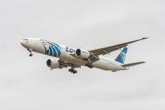 LONDRES, ANGLETERRE - 22 AOÛT 2016 : SU-GDP Egyptair Boeing 777 débarquant dans l'aéroport de Heathrow, Londres Images libres de droits