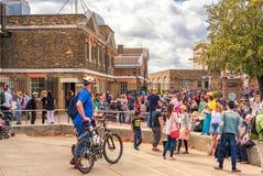 LONDRES, ANGLETERRE - 21 AOÛT 2016 : Tombmarker d'Edmond Halley, boule de temps, dôme du télescope 38-Inch en parc de Greenwich,  Photographie stock libre de droits