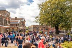 LONDRES, ANGLETERRE - 21 AOÛT 2016 : Tombmarker d'Edmond Halley, boule de temps, dôme du télescope 38-Inch en parc de Greenwich,  Photos libres de droits