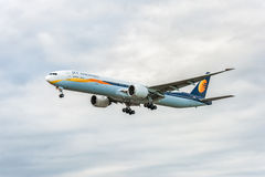 LONDRES, ANGLETERRE - 22 AOÛT 2016 : VT-JEH Jet Airways Boeing 777 débarquant dans l'aéroport de Heathrow, Londres Image libre de droits
