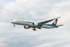 LONDRES, ANGLETERRE - 22 AOÛT 2016 : VT-JEH Jet Airways Boeing 777 débarquant dans l'aéroport de Heathrow, Londres Image stock