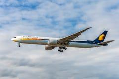 LONDRES, ANGLETERRE - 22 AOÛT 2016 : VT-JES Jet Airways Boeing 777 débarquant dans l'aéroport de Heathrow, Londres Image stock