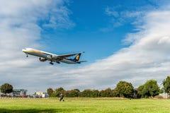LONDRES, ANGLETERRE - 22 AOÛT 2016 : VT-JES Jet Airways Boeing 777 débarquant dans l'aéroport de Heathrow, Londres Photographie stock libre de droits