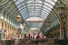 Londres, Angleterre - 30 août 2016 : Les gens passent le temps dans des halls du marché d'Apple de jardin de Covent Photo libre de droits