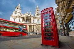 Londres, Angleterre - cabine téléphonique rouge traditionnelle avec l'autobus à impériale rouge iconique sur le mouvement à la ca photo libre de droits
