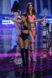 LONDRES, ANGLETERRE - 2 DÉCEMBRE : Le chanteur Ariana Grande exécute pendant le défilé de mode 2014 de Victoria's Secret Image libre de droits