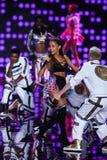 LONDRES, ANGLETERRE - 2 DÉCEMBRE : Le chanteur Ariana Grande exécute sur l'étape pendant le défilé de mode 2014 de Victoria's Sec Images stock