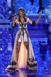 LONDRES, ANGLETERRE - 2 DÉCEMBRE : Le chanteur Taylor Swift exécute sur la piste pendant le défilé de mode 2014 de Victoria's Sec Photo libre de droits