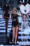LONDRES, ANGLETERRE - 2 DÉCEMBRE : Le chanteur Taylor Swift exécute sur la piste pendant le défilé de mode 2014 de Victoria's Sec Photos libres de droits