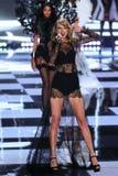 LONDRES, ANGLETERRE - 2 DÉCEMBRE : Le chanteur Taylor Swift exécute sur la piste pendant le défilé de mode 2014 de Victoria's Sec Images libres de droits