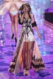 LONDRES, ANGLETERRE - 2 DÉCEMBRE : Perfoms de Taylor Swift de chanteur sur la piste pendant le défilé de mode 2014 de Victoria's  Photographie stock libre de droits