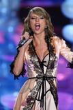 LONDRES, ANGLETERRE - 2 DÉCEMBRE : Perfoms de Taylor Swift de chanteur sur la piste pendant le défilé de mode 2014 de Victoria's  Photo stock