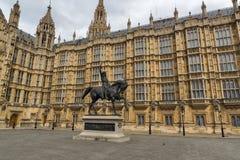 LONDRES, ANGLETERRE - 19 juin 2016 monument de Richard I devant des Chambres du Parlement, Londres, Angleterre Photographie stock libre de droits