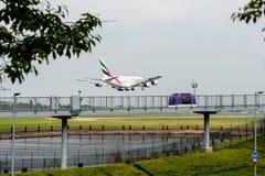 LONDRES, ANGLETERRE - 27 SEPTEMBRE 2017 : Atterrissage d'Airbus A380 A6-EDJ de lignes aériennes d'émirats dans l'aéroport interna Photo stock