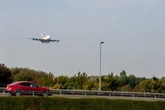 LONDRES, ANGLETERRE - 27 SEPTEMBRE 2017 : Atterrissage d'Airbus A380 A6-EDU de lignes aériennes d'émirats dans l'aéroport interna Photographie stock libre de droits