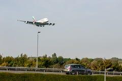 LONDRES, ANGLETERRE - 27 SEPTEMBRE 2017 : Atterrissage d'Airbus A380 A6-EDU de lignes aériennes d'émirats dans l'aéroport interna Photos stock