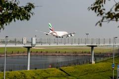 LONDRES, ANGLETERRE - 27 SEPTEMBRE 2017 : Atterrissage d'Airbus A380 A6-EDU de lignes aériennes d'émirats dans l'aéroport interna Photo stock