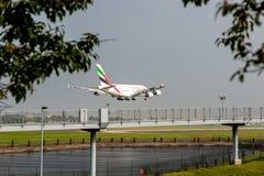 LONDRES, ANGLETERRE - 27 SEPTEMBRE 2017 : Atterrissage d'Airbus A380 A6-EDU de lignes aériennes d'émirats dans l'aéroport interna Image stock