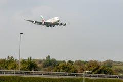 LONDRES, ANGLETERRE - 27 SEPTEMBRE 2017 : Atterrissage d'Airbus A380 A6-EDU de lignes aériennes d'émirats dans l'aéroport interna Images stock