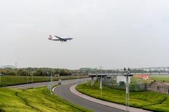 LONDRES, ANGLETERRE - 27 SEPTEMBRE 2017 : Atterrissage d'Airbus A320 G-EUUI de lignes aériennes de British Airways dans l'aéropor Photo stock