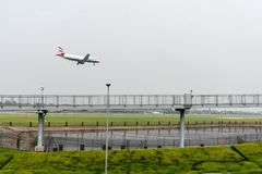 LONDRES, ANGLETERRE - 27 SEPTEMBRE 2017 : Atterrissage d'Airbus A320 G-EUUI de lignes aériennes de British Airways dans l'aéropor Image libre de droits