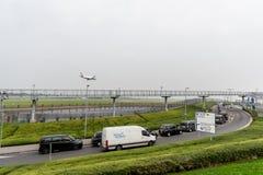 LONDRES, ANGLETERRE - 27 SEPTEMBRE 2017 : Atterrissage d'Airbus A320 G-EUYO de lignes aériennes de British Airways dans l'aéropor Photos libres de droits