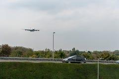 LONDRES, ANGLETERRE - 27 SEPTEMBRE 2017 : Atterrissage d'Airbus A380 G-XLEC de lignes aériennes de British Airways dans l'aéropor Photographie stock