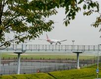 LONDRES, ANGLETERRE - 27 SEPTEMBRE 2017 : Atterrissage d'American Airlines Boeing 777 N718AN dans l'aéroport international de Lon Photo stock