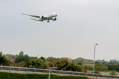 LONDRES, ANGLETERRE - 27 SEPTEMBRE 2017 : Atterrissage d'Ethiopian Airlines Airbus A350 ET-ATQ dans l'aéroport international de L photos libres de droits