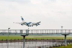 LONDRES, ANGLETERRE - 27 SEPTEMBRE 2017 : Atterrissage de Malaysia Airlines Airbus A380 9M-MNE dans l'aéroport international de L photo stock