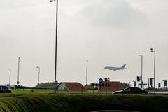 LONDRES, ANGLETERRE - 27 SEPTEMBRE 2017 : Atterrissage de région et de Quatar Airbus A380 d'aéroport de Londres Heathrow dans l'I Photographie stock