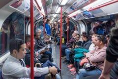 LONDRES, ANGLETERRE - 25 SEPTEMBRE 2017 : Londres au fond Les gens dans le train de métro Photo stock