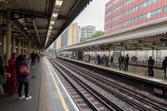 LONDRES, ANGLETERRE - 25 SEPTEMBRE 2017 : Londres au fond Station de Kensington de grand-rue Image libre de droits
