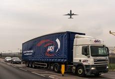 LONDRES, ANGLETERRE - 25 SEPTEMBRE 2017 : Boeing 777 décollant dans l'aéroport international de Londres Heathrow Photographie stock libre de droits