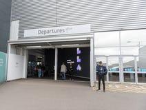LONDRES, ANGLETERRE - 29 SEPTEMBRE 2017 : Entrée de départ d'aéroport de Luton Londres, Angleterre, Royaume-Uni Photo stock