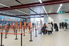 LONDRES, ANGLETERRE - 29 SEPTEMBRE 2017 : L'aéroport de Luton signent l'intérieur de secteur Lignes d'Easyjet Londres, Angleterre Photo libre de droits