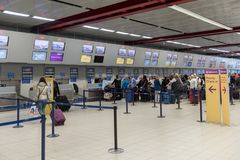 LONDRES, ANGLETERRE - 29 SEPTEMBRE 2017 : L'aéroport de Luton signent l'intérieur de secteur Lignes de monarque Londres, Angleter Image stock