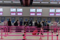 LONDRES, ANGLETERRE - 29 SEPTEMBRE 2017 : L'aéroport de Luton signent l'intérieur de secteur Lignes de Wizzair Londres, Angleterr Photos libres de droits