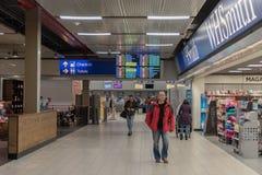 LONDRES, ANGLETERRE - 29 SEPTEMBRE 2017 : Région de départ de contrôle d'aéroport de Luton avec la boutique hors taxe Londres, An Image stock