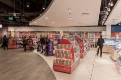 LONDRES, ANGLETERRE - 29 SEPTEMBRE 2017 : Région de départ de contrôle d'aéroport de Luton avec la boutique hors taxe Londres, An Photos libres de droits