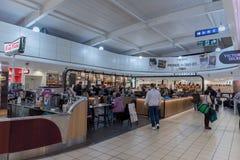 LONDRES, ANGLETERRE - 29 SEPTEMBRE 2017 : Région de départ de contrôle d'aéroport de Luton avec la boutique hors taxe Londres, An Images libres de droits