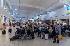 LONDRES, ANGLETERRE - 29 SEPTEMBRE 2017 : Région de départ de contrôle d'aéroport de Luton avec la boutique hors taxe Londres, An Photos stock