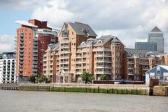 Londres, armazém converteu nos apartamentos na Tamisa dentro imagens de stock