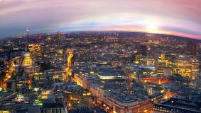 Londres au coucher du soleil Fond de ville La nuit allume le côté de Westminster Images stock