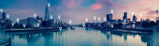 Londres avec les goupilles de carte, le réseau et le concept plats de connexions Images stock